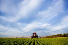 Jordbrukslandskap, spridare, traktor, gröda